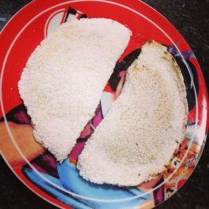 Tapioca! Amo comer no café da manhã, e faço assim, duas  pequenas, uma doce e uma salgada, essas foram uma de compota de maçã que já dei a receita aqui e a outra da invenção da semana, tofu cottage - leia-se meu novo vício