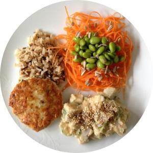 Almoço leve com o hambúrguer de frango, arroz 7 grãos, salada de cenoura com edamame e pepitas de girassol e maionese de inhame com biomassa! Uma delícia