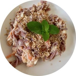 Salada de macarrão (ou macarronese) com atum com tofu cottage, cenoura, tomate, palmito e mangericão. A e esse macarrão é de arroz integral - sem glúten