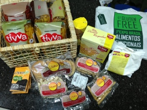 Os produtos que trouxe da Glúten Free Brasil, macarrão de milho, torradas, biscoitos, chocolates e até farinha sem glúten que recebemos de brinde! Estou louca para testar!