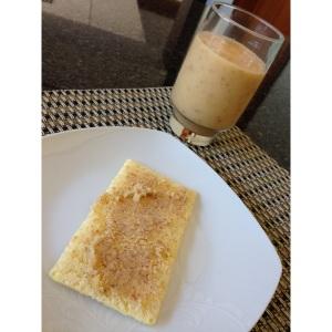 café da manhã, vitamina de mamão com leite de castanhas e torradinha Schar com manteiga de castanhas (ghee, resíduo da castanha que sobrou do leite, sal e limão)