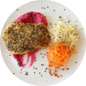 Almoço lindo: Congrio em crosta de quinoa e chia acompanhado de purê de inahme com beterraba e salada
