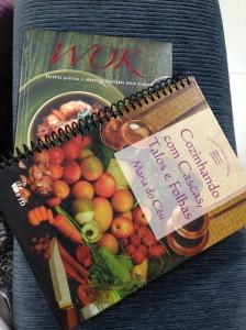 Livros que comprei em um sebo de londrina, gostei muito desse de reaproveitamento dos alimentos!