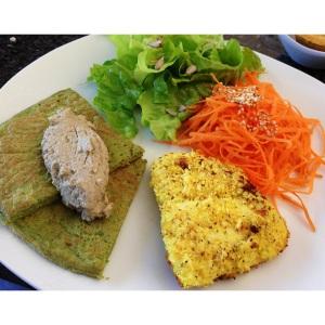 Peixe na farinha de coco com açafrão, panqueca de coube com babaganoush e saladas!