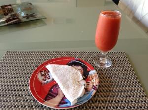 Suchá de hibisco com manga (fica maravilhoso!) e tapioca com hommus!