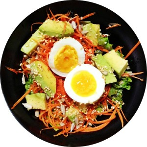 Incremente a sua salada com frutas, grãos, temperos, folhas, verduras e proteína! Ficam mais gostosas e completas! Mas não se esqueça da fonte de carboidrato, ela é muito importante para dar energia durante o dia! Na foto salada de alface, cenoura, abacate, ovo, gergelim e semente de girassol com sal azeite e limão, depois teve arroz cateto com açafrão, feijão e carne! Completo!