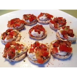 Canapés pré treino: Bolachinhas de arroz integral, requeijão de tofu (mesma receita do tofu cottage), tomates com orégano e azeite!