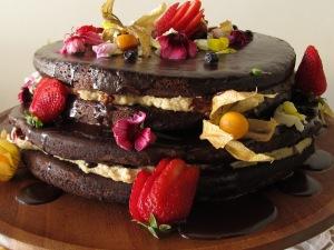 O mais esperado da festa: Naked cake de chocolate com recheio de baunilha com frutas vermelhas e cobertura de ganache! Estava sem palavras!!