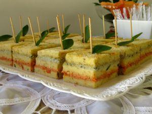 Sanduíches bicolor de tomate seco com manjericão