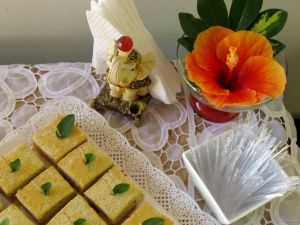 Amei o enfeite da mesa feito com um hibisco lindo da casa da amiga e vizinha com folhas. Simples e lindo!