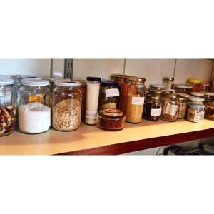 É assim que organizo minhas farinhas, grãos, temperos, castanhas... todos em potes de vidro (reutilizados) com etiquetas! Deixem sempre de um modo em que você consiga enxergar o que tem, assim não deixa nada esquecido na gaveta!