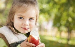 criança frutas